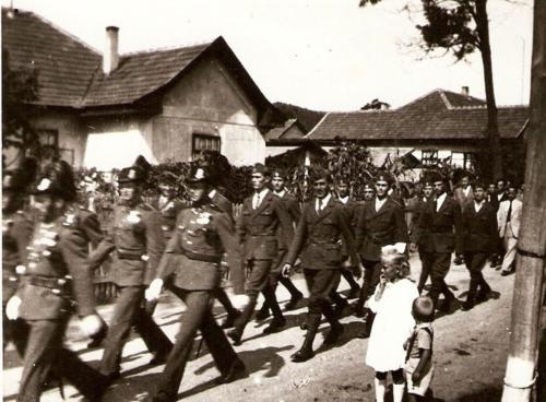 Csendorok-es-mogottuk-a-leventek-vonulnak-1940-es-evek