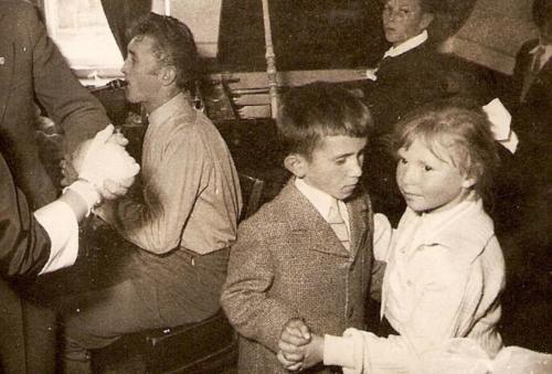 Tancolo-gyerekek-Hodai-Pal-es-Nagy-Zsuzsi-mellette-Fischer-Attila-zenesz-1962